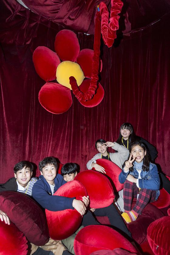 붉은 쿠션과 탯줄을 상징하는 줄로 인체의 자궁을 표현한, 자궁방에 모인 학생기자들. (왼쪽부터) 양유찬·김동률·김줄기·노윤서·손채은·이지윤 학생기자.