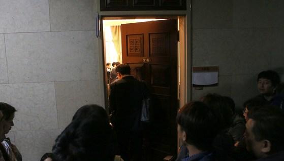 야3당 대표와 원내대표가 예정된 시간보다 30분 이른 회동으로 기자들이 회의실 앞에서 하염없이 대기하고 있다. 오종택 기자