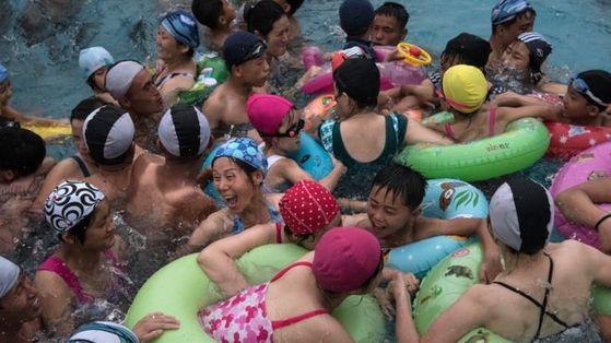 북한 워터파크에서 여가를 즐기고 있는 주민들 [AFP]
