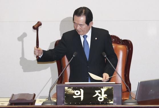 정세균 국회의장이 28일 국회 본회의에서 의사봉을 두드리고 있다.
