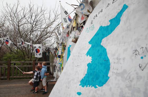 남북정상회담을 닷새 앞둔 22일 경기도 파주 임진각 자유의 다리에서 한 외국인 관광객이 가족 사진을 찍고 있다. <연합뉴스>