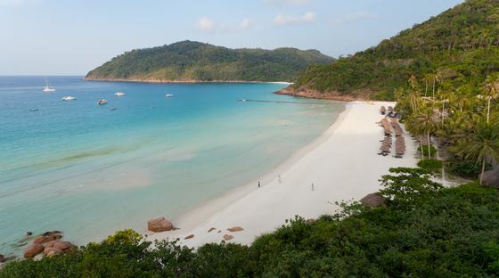남중국해에 떠 있는 작은 섬 르당. 말레이시아 정부가 최초로 지정한 해양공원으로, 깨끗한 바다와 고요한 섬 분위기가 매력적이다.