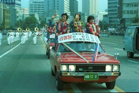 1981년 6월 서울시청 앞에서 제26회 국제기능올림픽대회에서 종합우승을 차지한 선수단 환영식이 열렸다. 기능올림픽 입상자도 아파트 특별공급을 받았다. [서울시]