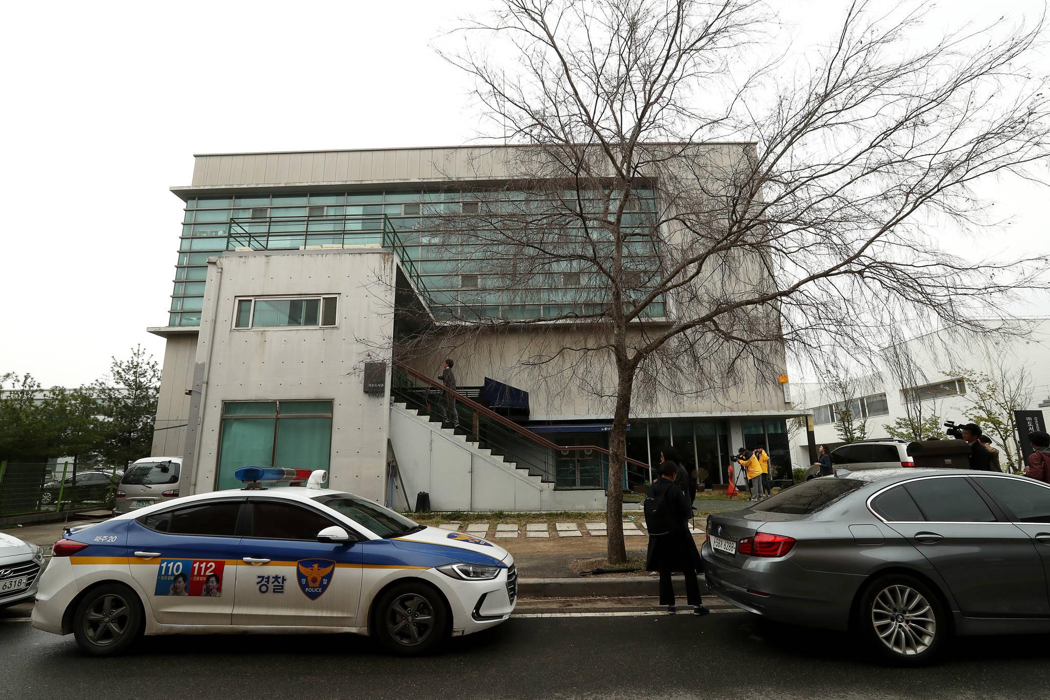 더불어민주당 당원이자 파워블로거 '드루킹' 일당의 댓글조작 사건을 수사하는 경찰은 22일 경기도 파주 느릅나무출판사를 압수수색했다. [중앙포토]