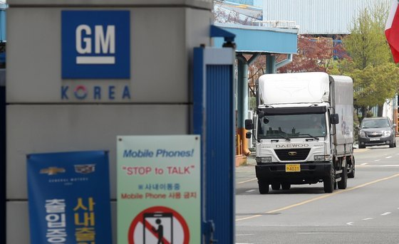 지난 15일 인천 부평구 한국GM 부평공장에서 화물트럭이 오가고 있다.[뉴스1]
