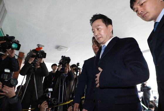 정봉주 전 통합민주당 의원이 지난달 22일 서울 중랑구 서울지방경찰청 지능범죄수사대에 고소인 신분으로 출석하고 있다. [뉴스1]