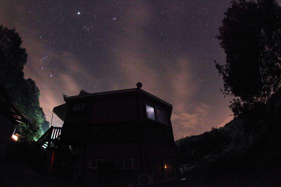 산막의 별은 어둠 속에 더욱 빛난다. 밤하늘의 별을 의미 있게 바라보는 순간 우리는 모두 철학자의 마음이 된다. [사진 이정환 감독]
