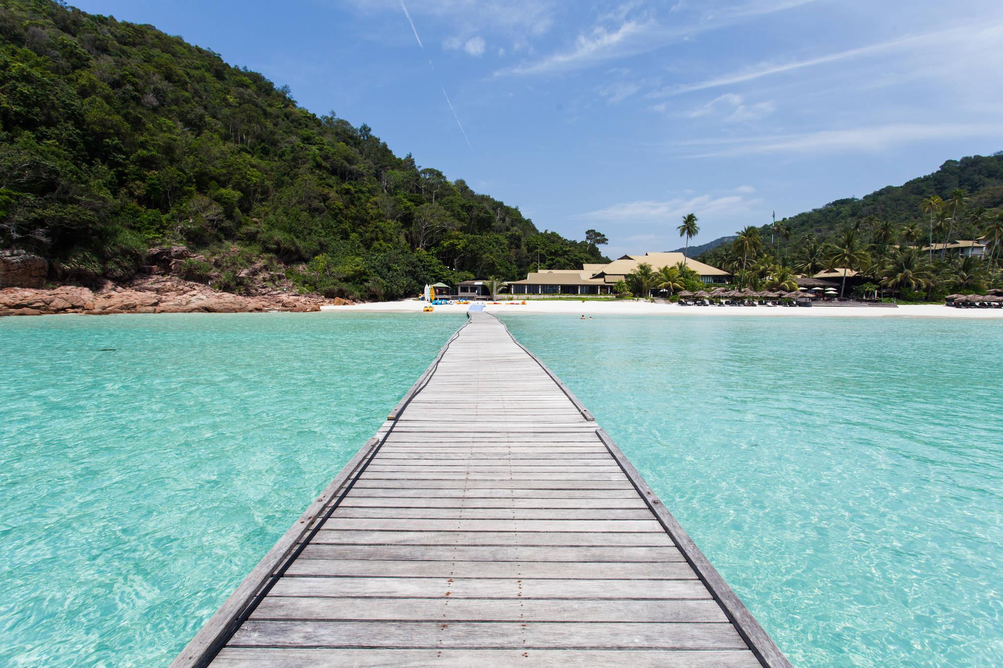 옅은 옥빛을 띠는 해변에 자리잡은 타라스 리조트.