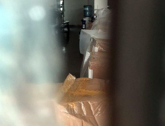 지난 22일 경기 파주시 느릅나무 출판사에 상자들이 쌓여 있다. 경찰은 이날 정오부터 수사팀을 보내 건물 안과 밖의 폐쇄회로(CC)TV 영상을 확보하고, 주변 차량 2대의 블랙박스에 대한 압수수색도 진행했다. [뉴스1]