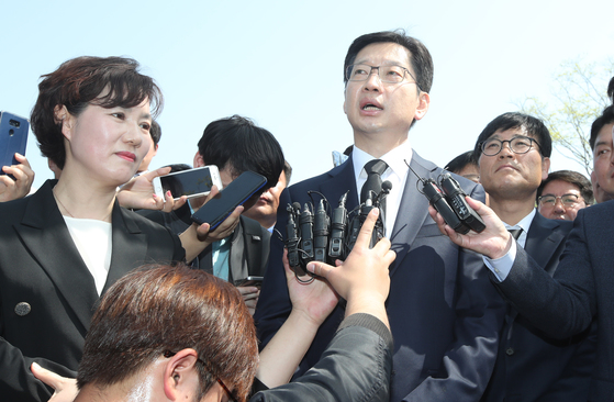더불어민주당 김경수 의원이 20일 오전 부인 김정순씨와 노무현 전 대통령 묘소 참배를 마치고 기자들의 질문에 답하고 있다.송봉근 기자