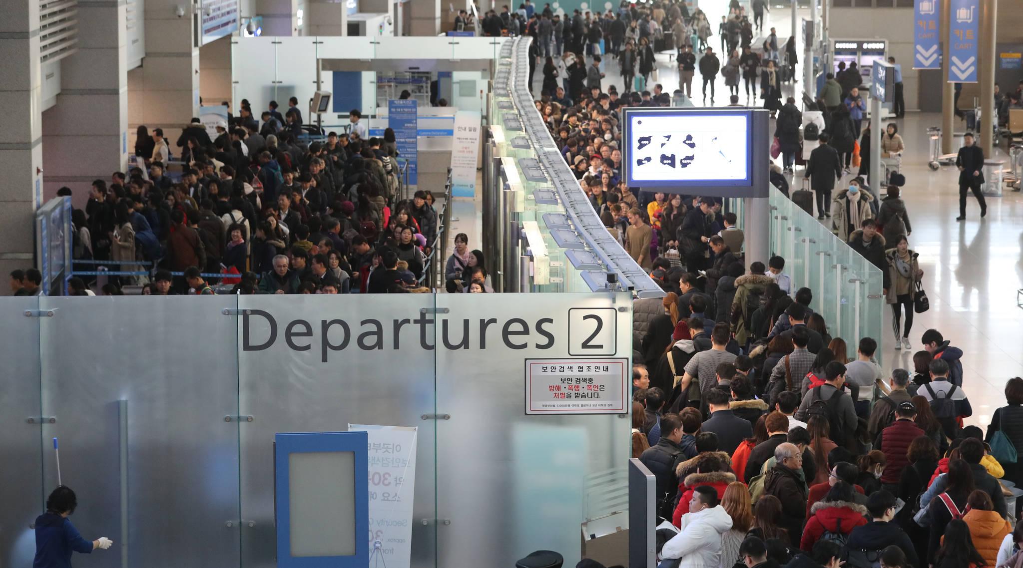 인천공항 출국장이 해외여행객으로 붐비고 있다. [연합뉴스]