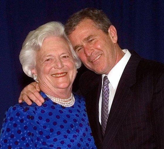 지난 16일 별세한 바버라 부시 전 미국 영부인(왼쪽)이 생전에 아들인 조지 W 부시 전 미국 대통령과 함께 한 모습. [AP=연합뉴스]