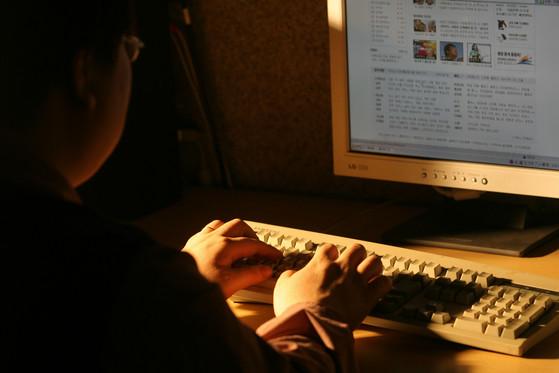 '포털에 이미지, 댓글 등을 자동으로 올려주는 매크로 프로그램'을 개발해 3억원의 수익을 올린 프로그래머가 항소심에서 무죄를 선고받았다.