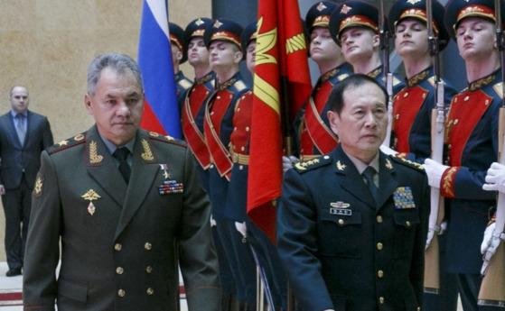 지난 3일(현지시간) 러시아를 방문한 중국 웨이펑허 신임 국방부장(오른쪽)이 세르게이 쇼이구 러시아 국방장관과 의장대를 사열하고 있다. [사우스차이나모닝포스트(SCMP) 홈페이지, 러시아 국방부 제공]