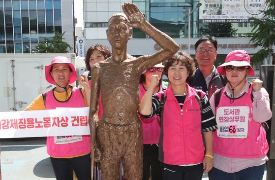 24일 부산 일본 총영사관 앞에서 시민단체가 강제 노역 노동자상 설치 퍼포먼스를 했다. [송봉근 기자]