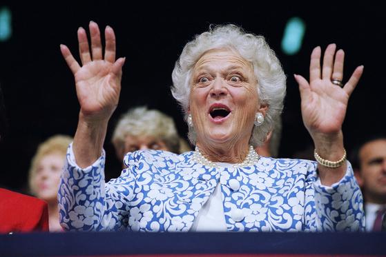 두 명의 대통령을 배출한 미국 최고 정치 명문가 부시 가문을 움직였던 안주인 바버라 부시는 친화력과 유머 감각과 함께 겸손한 태도로 이름 높았다. 통찰력 있고 지혜로운 인물로 미국민의 기억에 남았다. [AP=연합뉴스]