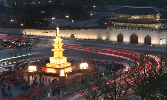 부처님 오신날(5월22일)을 앞두고 25일 밤 광화문광장에 봉축점등식이 열렸다.최승식 기자