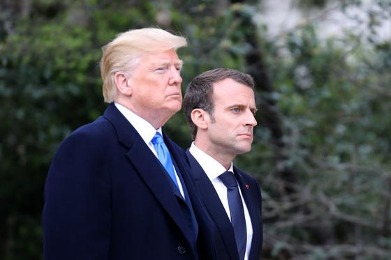 도널드 트럼프 미국 대통령(왼쪽)이 23일(현지시간) 국빈 방문한 에마뉘엘 마크롱 프랑스 대통령을 환영하고 있다. 이들은 일정 첫날 미국의 초대 대통령 조지 워싱턴이 살았던 버지니아주 마운트버넌에서 비공식 만찬을 했다. [AFP=연합뉴스]
