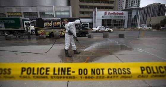 23일(현지시간) 캐나다 토론토의 한 인도에서 미나시안이 운전하는 흰색 승합차량이 인도를 돌진해 10명이 숨지고 15명이 부상을 당했다. 사망자 중 3명은 한인으로 확인됐다. [AFP=연합뉴스]