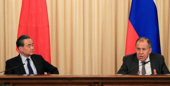 러시아를 방문한 왕이 중국 외교담당 국무위원 겸 외교부장(왼쪽)이 지난 5일(현지시간) 모스크바 외무부 영빈관에서 세르게이 라브로프 러시아 외무장관과 회담한 뒤 공동 기자회견을 하고 있다. [사진 연합뉴스]