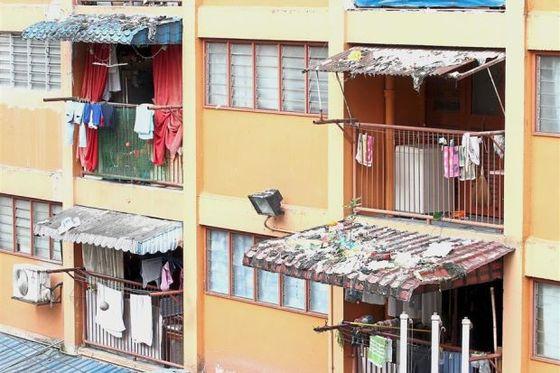 윗층에서 던진 쓰레기가 지붕에 널브려져 있는 쿠알라룸푸르의 한 아파트. [The Star 온라인 캡처].