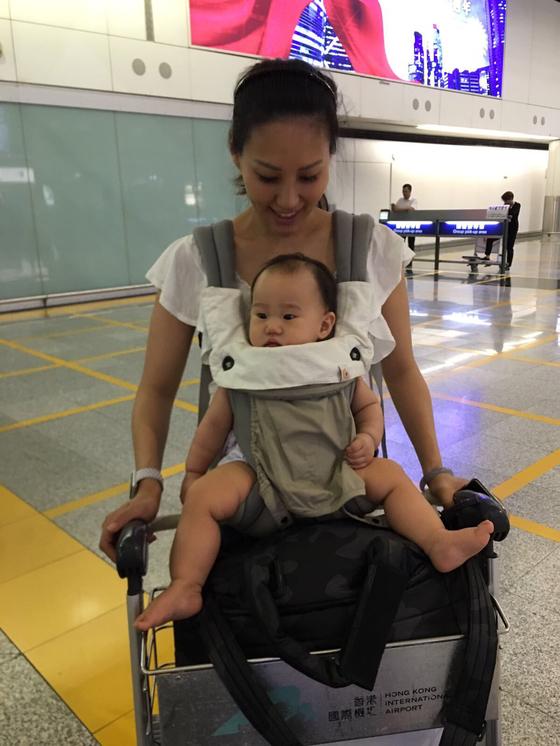아기와 함께 비행기를 탈 때는 먹을거리나 장난감을 충분히 챙기는 것이 좋다. [사진 에이미 웨이]