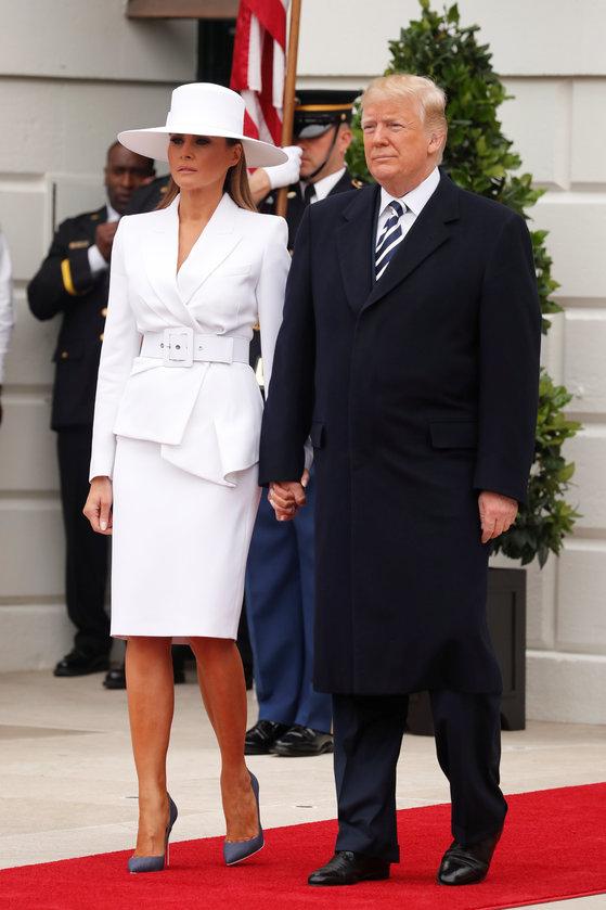 24일 미국 워싱턴DC에 있는 백악관을 방문한 에마뉘엘 마크롱 부부를 맞이하고 있는 도널드 트럼프 대통령(오른쪽)과 멜라니아 여사. [로이터=연합뉴스]