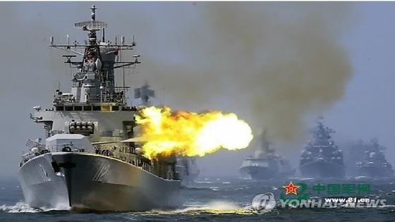 중국과 러시아가 2014년 5월 24일 동중국해에서 대규모 해상연합훈련을 하고 있는 모습. [해방군보=연합뉴스]