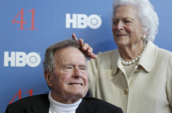 조지 HW 부시 전 미국 대통령(왼쪽)과 전 영부인 바버라 부부의 2012년 모습. [AP=연합뉴스]