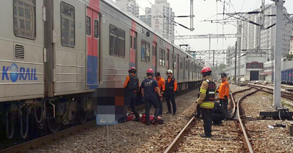 26일 오후 서울시 구로구 지하철 1호선 오류동역에서 한 여성이 선로로 뛰어들어 열차에 치여 숨졌다. 소방서 관계자들이 현장을 수습하고 있다. [사진 구로소방서 제공]