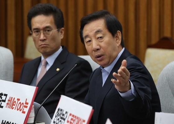자유한국당 김성태 원내대표(오른쪽)가 26일 오전 국회에서 열린 확대원내대책회의에서 발언하고 있다. 오종택 기자