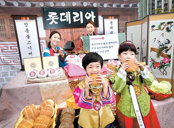 롯데리아는 1979년 10월 서울 소공동에 1호점을 선보인 데 이어 이듬해 가맹점 1호점을 오픈하고 국내 패스트푸드 시장을 개척해왔다. 현재 점포 수는 약 1350개에 달한다. [사진 롯데지알에스]