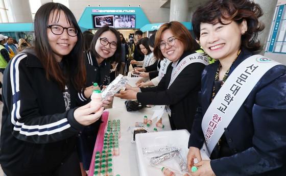 25일 충남 아산의 선문대 본관 로비에서 여교수 모임인 한마음교수봉사회가 학생들에게 직접 만든 김밥과 야쿠르트를 전달하고 있다. 프리랜서 김성태