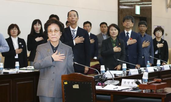 제3차 국가교육회의가 16일 서울 종로구 정부서울청사에서 열렸다. 신인령 의장(왼쪽)과 참석자들이 국민의례를 하고 있다.