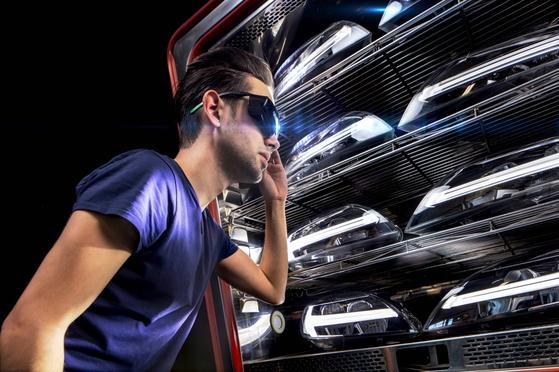 LG전자가 인수하는 세계적인 자동차 헤드램프 제조업체인 ZKW의 공장에서 직원들이 차세대 헤드램프 제품 성능을 시험하고 있다.