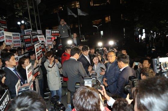 25일 오후 서울 중구 TV조선 사옥 앞에서 TV조선 기자들이 경찰의 압수수색에 반발하며 경찰의 사내 진입을 막아서고 있다. [사진=뉴스1]