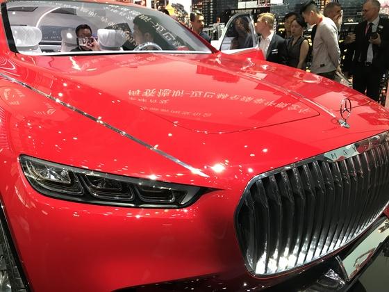 메르세데스 벤츠 그룹이 25일 세계 최초로 공개한 초호화 럭셔리 SUV 모델인 '얼티미트 럭셔리'. 붉은색 외장으로 가격은 공개하지 않았다. [사진=신경진 기자]