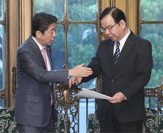 시이 가즈오(오른쪽) 일본 공산당 위원장이 지난 9일 아베 총리를 만나 북한 비핵화 해법과 관련한 의견서를 전달하고 있다. [사진=지지통신]