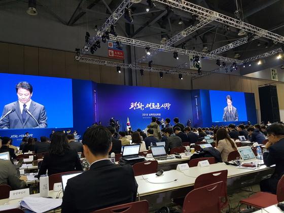 경기 고양시 킨텍스에 마련된 2018 남북 정상회담 브리핑룸에서 오전 11시 임종석 대통령 비서실장이 회담 일정을 브리핑하고 있다. 송승환 기자