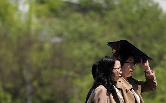 25일 서울 청계천에서 시민들이 따가운 햇볕을 가리며 산책을 하고 있다. [뉴스1]