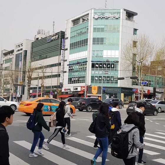 학원이 밀집한 서울 대치동 은마사거리 모습. 기사의 특정 내용과 무관함.