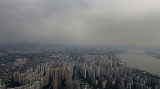 서울 송파구 신천동 롯데월드타워에서 바라본 서울 도심. 먹구름이 짙게 끼어 있다.