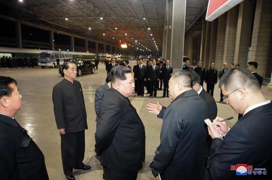 김정은 북한 국무위원장이 북한에서 교통사고로 숨진 중국인 관광객들의 시신과 부상자를 후송하기 위한 전용열차를 평양역에서 전송했다고 노동당 기관지 노동신문이 26일 보도했다. [연합]
