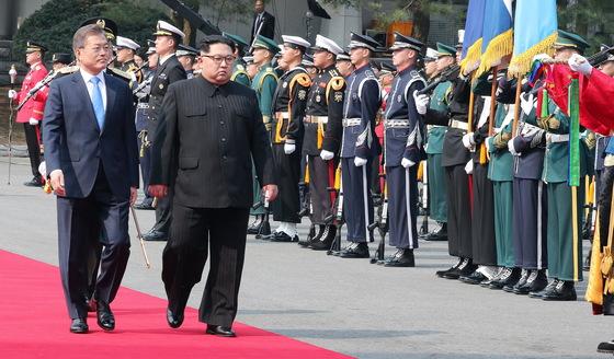 문재인 대통령과 김정은 북한 국무위원장이 27일 오전 판문점에서 의장대 사열을 하고 있다. 김상선 기자