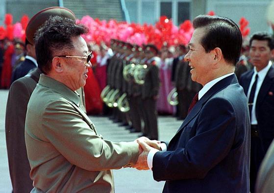 김대중 전 대통령이 예정보다 하루 늦어진 2000년 6월 13일 평양 순안공항에서 김정일 국방위원장을 만나고 있다. [사진 연합뉴스]