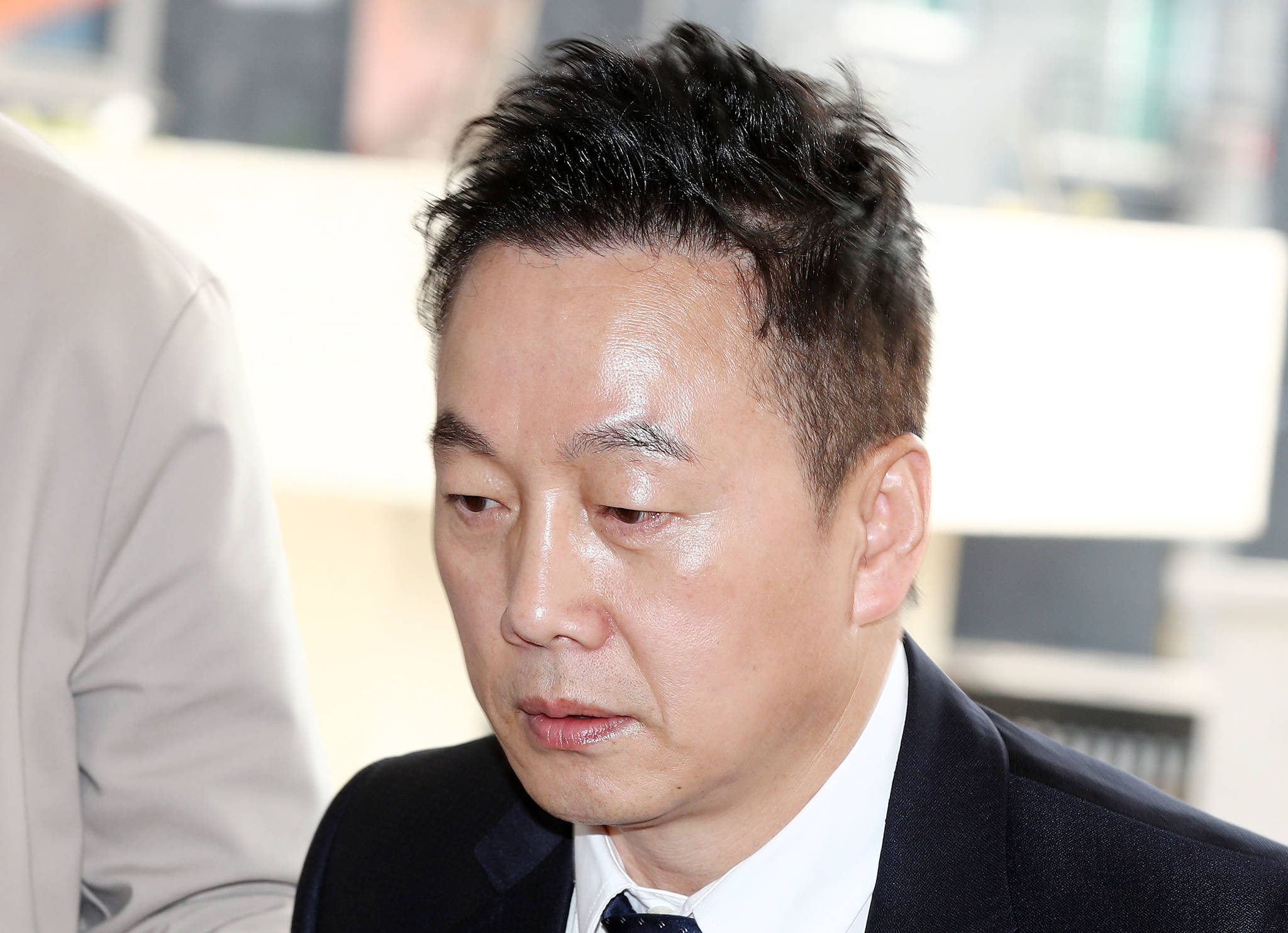정봉주 전 의원이 두 번째 피고소인 조사를 받기 위해 27일 오전 서울지방경찰청 지능범죄수사대로 들어서고 있다. [연합뉴스]