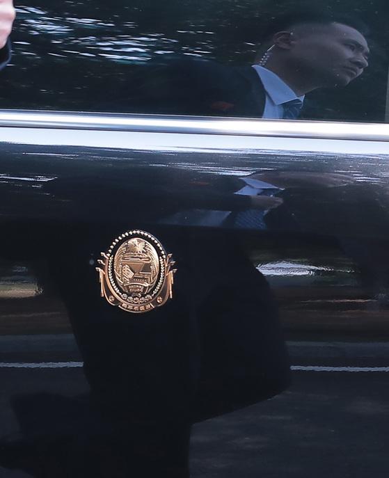 김정은 북한 국무위원장 차량에 붙어있는 국무위원장 마크와 차량에 비친 경호원 모습. 김상선 기자
