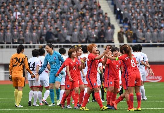 지난해 4월 북한 평양에서 열린 여자축구 남북대결 직후 양국 선수들이 인사하고 있다. [사진공동취재단]