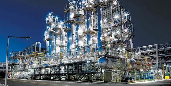 금호석유화학은 합성고무제품 생산성을 10% 향상시킬 방침이다. 사진은 금호석유화학 여수고무2공장. [사진 금호석유화학그룹]