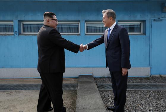 문재인 대통령과 김정은 북한 국무위원장이 군사분계선에서 처음 만나 악수를 하고 있다. [판문점 공동취재단]